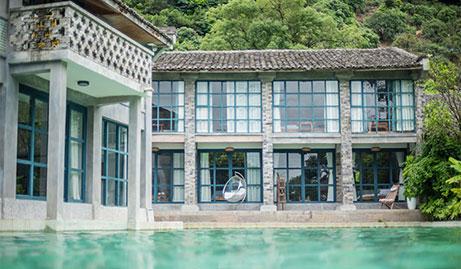 【茶山】仅需2880元,即可享受迷途水迹·夏更4房独栋民宿【周末】一晚。4个房间,大床房,带厨房。这里有浮岛的错觉。像星河嵌入了穹幕,爱意融入了拥抱,我们把泳池镶进房间!
