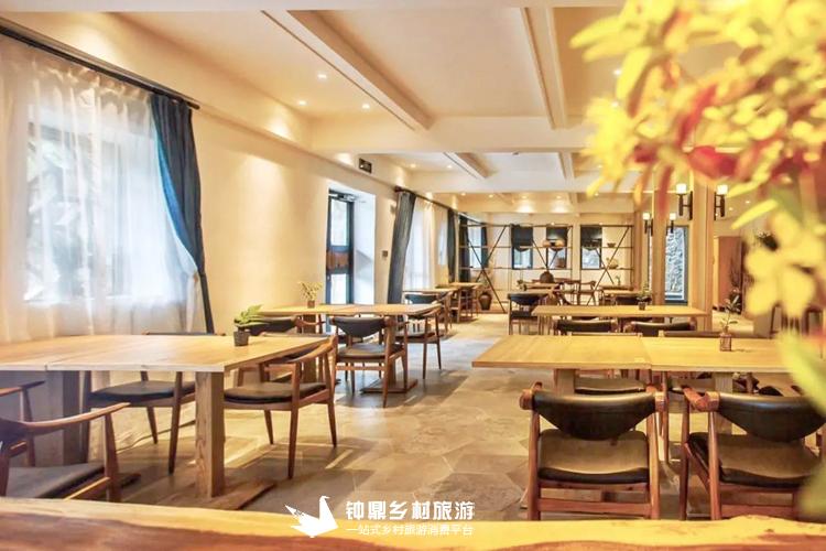 民宿是两层石头屋,但是内部确实别有洞天。原木典雅的客厅装潢,入住如家般温暖。