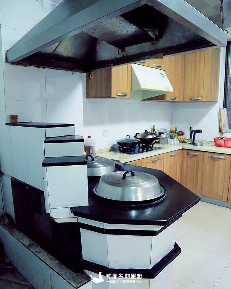 整洁卫生的厨房,既有现代的燃气炉,也有传统的柴火灶,给你别样的图片